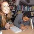 """Sandrine Diouf, accompagée de son fils Isaac, dédicace son livre """"Au-delà de la vie"""", paru aux éditions Michel Lafon, à la librairie du Prado à Marseille. Le 18 janvier 2014."""