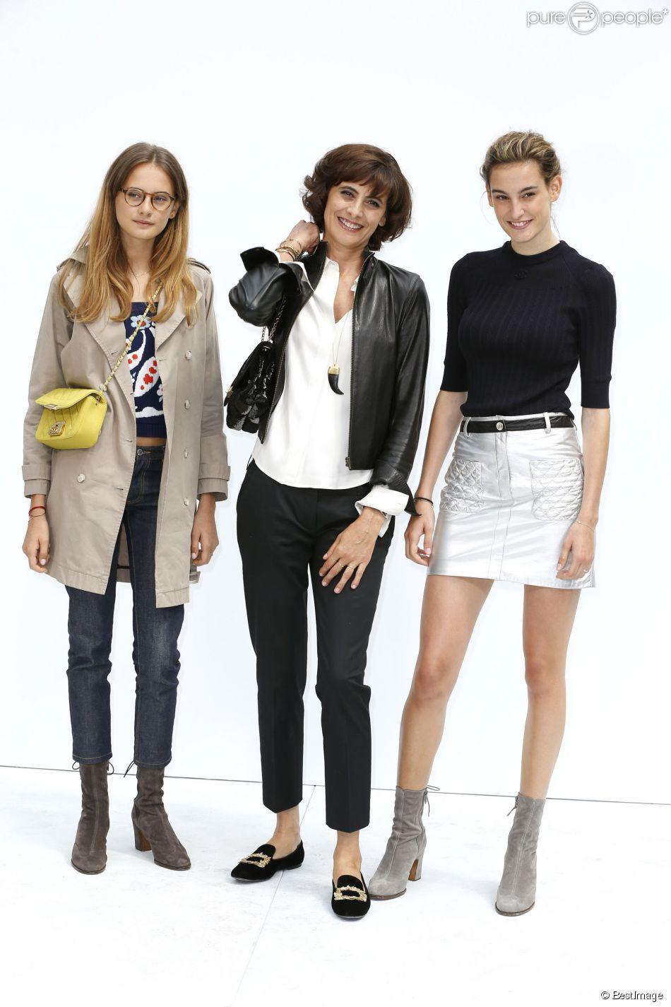 Inès de la Fressange et ses filles Violette (à gauche) et Nine (à droite) assistent au défilé haute couture Chanel automne-hiver 2014-2015 au Grand Palais. Paris, le 8 juillet 2014.