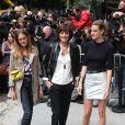 Inès de La Fressange et ses filles Violette (à gauche) et Nine arrivent au Grand Palais pour assister au défilé Chanel haute couture. Paris, le 8 juillet 2014.