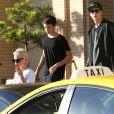 Pamela Anderson et ses fils Brandon et Dylan, à Los Angeles, le 5 février 2014.