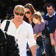 Nick Lachey et Vanessa Minnillo avec leur bébé Camden John à l'aéroport de Los Angeles, le 28 décembre 2013