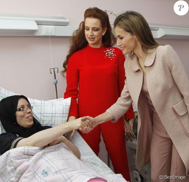 """La reine Letizia Ortiz d'Espagne et la princesse Lalla Salma du Maroc visitent le Centre d'oncologie """"Sheikha Fatma"""" à Rabat, le 15 juillet 2014."""