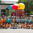 Sébastien Chabal et les enfants lors de sa visite du village Kinder le 17 juillet 2014 au Temple-sur-Lot
