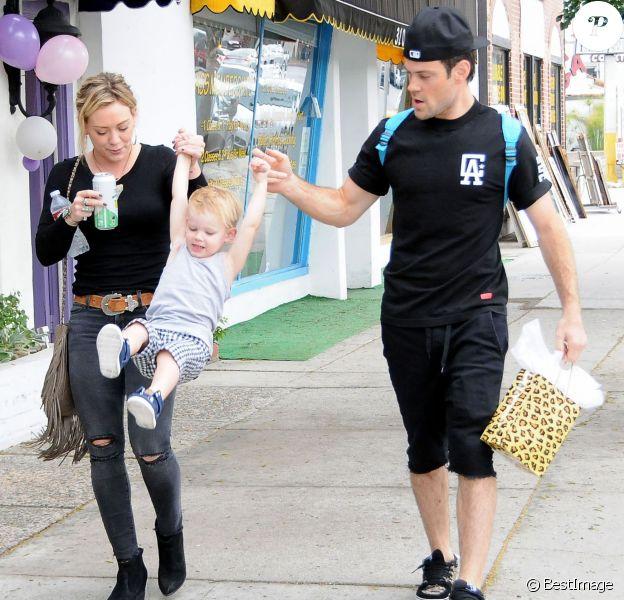 Hilary Duff se rend à une fête d'anniversaire avec son ex mari Mike Comrie et leur fils Luca à Sherman Oaks, le samedi 19 juillet 2014.