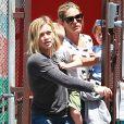 Hilary Duff se promène avec son fils Luca, à Los Angeles le 17 juillet 2014.