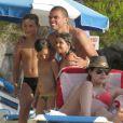 Képler Laveran Lima Ferreira dit Pepe prend la pose avec de jeunes fans devant sa compagne Ana Sofia le 7 juillet 2012 sur l'île de Minorque avant la naissance de leur premier enfant prévue pour la fin de l'été
