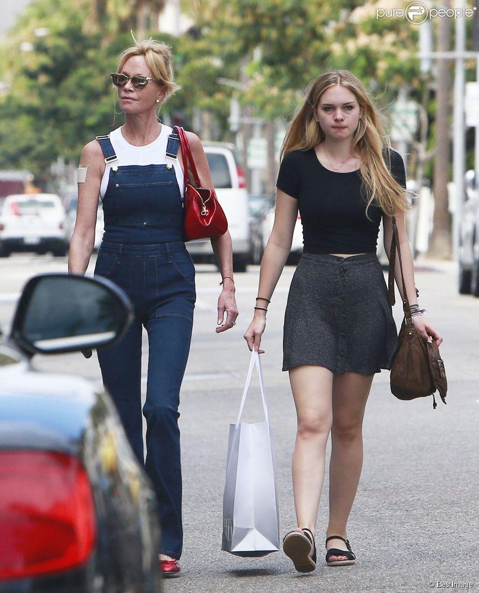 Exclusif - Melanie Griffith sort du tribunal avec sa fille Stella dont elle demande la garde. Elles vont ensuite faire du shopping à Beverly Hills, le 28 juillet 2014. L'actrice porte une salopette, une tenue plus décontractée pour faire les magasins