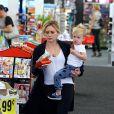 Hilary Duff et son fils Luca vont faire des courses à Beverly Hills, le 21 juillet 2014.