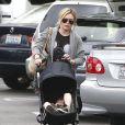 Hilary Duff va prendre un café avec une amie et son fils Luca à Los Angeles, le 20 juillet 2014.