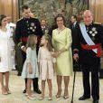 La reine Letizia, le roi Felipe VI, l'infante Sofia, la princesse Leonor, la reine Sofia et le roi Carlos I lors de la cérémonie de passation de pouvoir entre le roi Juan Carlos I et son fils le roi Felipe VI d'Espagne au palais de la Zarzuela à Madrid, le 19 juin 2014