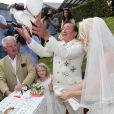 Lâcher de colombe pour l'homme d'affaires Richard Lugner et Cathy Schmitz, mariés au cours d'une cérémonié à Velden am Wortersee, en Autriche. Le 1 août 2014.