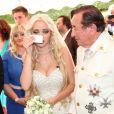 L'homme d'affaires Richard Lugner épouse Cathy Schmitz, émue, lors d'une cérémonié à Velden am Wortersee, en Autriche. Le 1 août 2014.