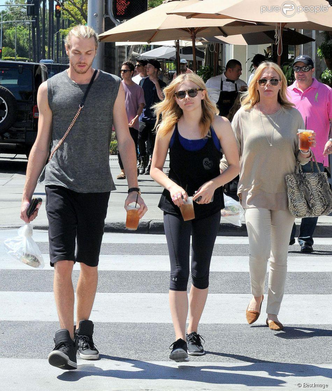 Chloë Moretz, son frère Trevor et leur mère Teri à Beverly Hills, le 11 juillet 2014.