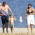 Exclusif - Robin Thicke en vacances au Lake Perris, le 2 août 2014. Il fait du camping avec son fils Julian et des amis. Il est très proche d'une mystérieuse brune, qui l'aide à s'occuper de Julian. Ils ont même été se baigner tous les trois. Pendant le rangement de la tente et des duvets, le chanteur a donné à son fils une sucette au scorpion.