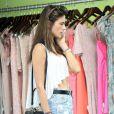 Alessandra Ambrosio fait du shopping dans la boutique Planet Blue à Los Angeles. Le 7 août 2014.