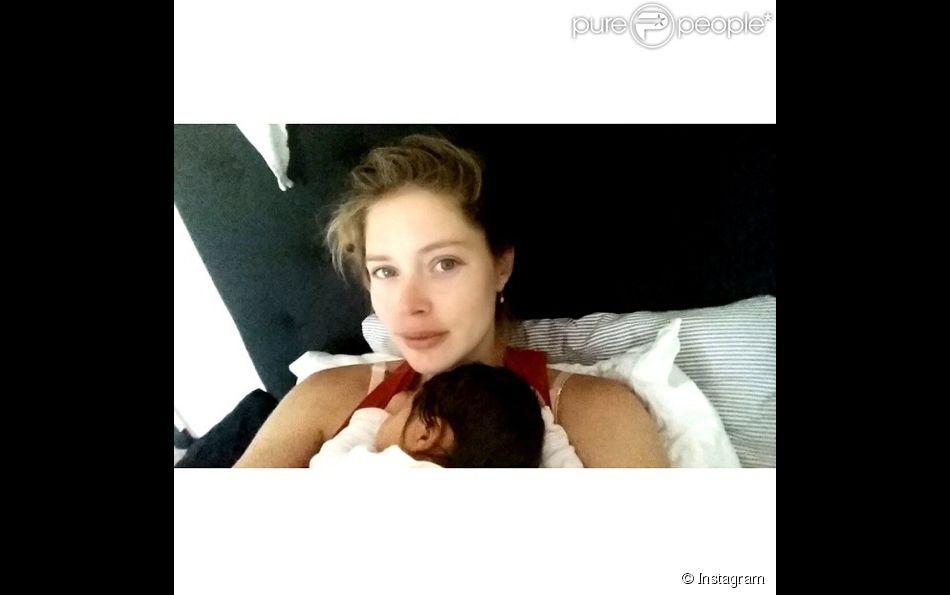 doutzen kroes selfie au lit avec son adorable fille purepeople. Black Bedroom Furniture Sets. Home Design Ideas
