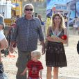 Gary Busey et sa compagne Steffanie Sampson avec leur fils Luke à Malibu le 3 septembre 2012