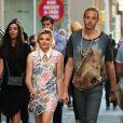 Chloë Grace Moretz tient la main de son frère Trevor Duke Moretz alors qu'elle se rend à la première de son film Si je reste, à New York, le 18 août 2014.