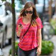 Olivia Wilde écoute de la musique avec son iPhone dans les rues de New York, le 29 juillet 2014.