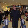 Ricky Martin à l'aéroport de Sydneyavec ses fils Matteo et Valentino, le 16 juin 2014.