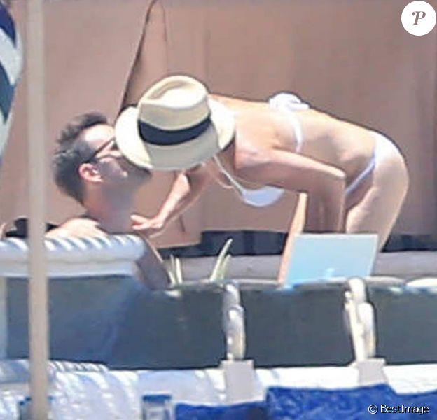 Exclusif - Courteney Cox et son fiancé Johnny McDaid s'embrassent en vacances à Cabo San Lucas, le 24 août 2014.