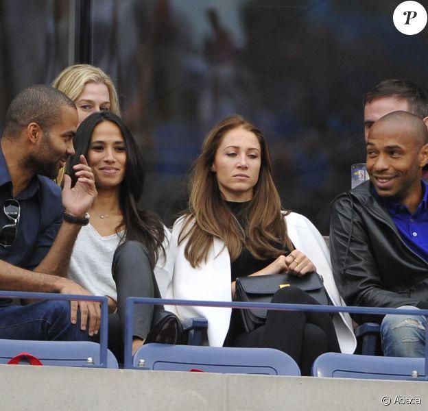 Tony Parker et Thierry Henry avec leurs amoureuses respectives Axelle Francine et Andrea Rajacic devant la finale de l'US Open à New York le 8 septembre 2014.