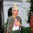 Rita Ora porte sa frange avec un chignon