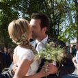 Tendre baiser au mariage de l'animatrice Sandrine Corman et Michel Bouhoulle (professeur de tennis et consultant sur la RTBF, chaîne de télévision belge) à la mairie de Lasne, près de Bruxelles en Belgique, le 12 septembre 2014.