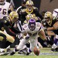 Adrian Peterson, running back des Vikings du Minnesota, perd la balle lors d'un match de NFL contre les Saints de la Nouvelle-Orléans le 24 janvier 2010