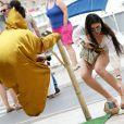 Exclusif - Yasmine Tordjman Besson donne de l'argent à un artiste de rue sur le port de Saint-Tropez. Le 25 juillet 2014