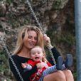 Michelle Hunziker, enceinte, en pleine session balançoire avec sa fille Sole, à Milan le 30 septembre 2014.