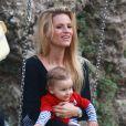 Michelle Hunziker, enceinte, avec sa fille Sole, heureuse sur une balançoire dans un parc à Milan le 30 septembre 2014.