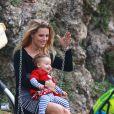 Michelle Hunziker, enceinte, avec sa fille Sole, à Milan le 30 septembre 2014.