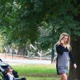 Michelle Hunziker, enceinte, en balade au parc avec sa fille Sole, à Milan le 30 septembre 2014.
