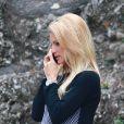 Michelle Hunziker au téléphone durant sa balade au parc avec sa fille Sole, à Milan le 30 septembre 2014.