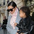 """Kim Kardashian, sa fille North dans les bras, sort de l'hôtel, le """"Royal Monceau"""", pour se rendre à l'aéroport. Paris, le 1er octobre 2014"""