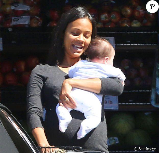 Zoe Saldana enceinte porte le bébé de sa soeur Mariel dans ses bras alors qu'elle fait du shopping à Los Feliz, le 23 septembre 2014.