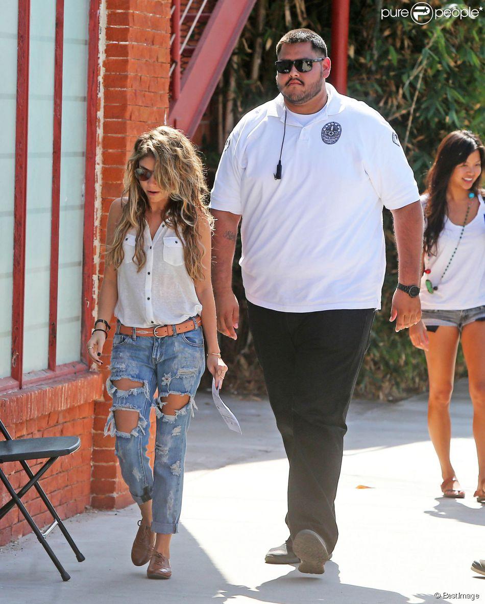 """Exclusif - Sarah Hyland, accompagnée de son garde du corps, sur le tournage de """"Modern Family"""" à Los Angeles, le 9 octobre 2014"""