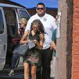 """Sarah Hyland, accompagnée de son garde du corps, sur le tournage de """"Modern Family"""" à Los Angeles, le 9 octobre 2014"""