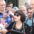 Exclusif - Mireille Mathieu accueillie par ses admirateurs devant la station RTL où elle faisait la promotion de son triple best of, le 1er octobre 2014.