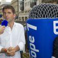 Thomas Sotto devant les studios Europe 1 lors des Journées du Patrimoine à Paris, le 21 septembre 2014