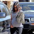 Zoe Saldana, enceinte de jumeaux, va visiter des maisons en compagnie d'un ami à Beverly Hills, le 21 octobre 2014.