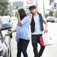 Zoe Saldana enceinte et son mari Marco Perego sortent du Joan's on Third à West Hollywood, Los Angeles, le 14 octobre 2014.