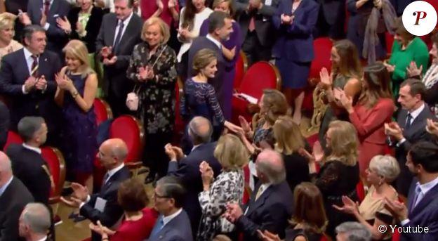 Letizia d'Espagne étreint brièvement et discrètement le bras de sa mère avant de quitter l'auditorium du Théâtre Campoamor, le 24 octobre 2014 à Oviedo, au terme de la cérémonie de remise des Prix Prince des Asturies.