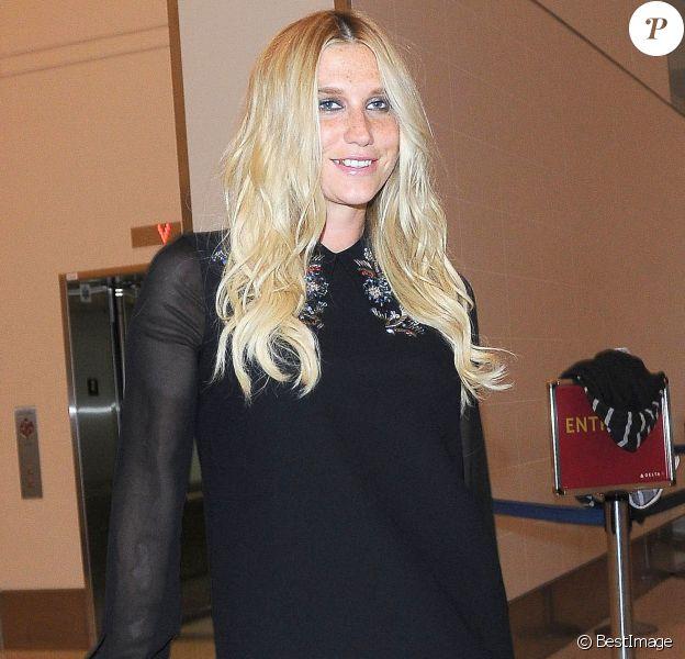 Kesha arrive à l'aéroport de LAX à Los Angeles, le 1er octobre 2014.