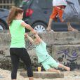 """""""Coleen Rooney, maman heureuse avec son fils Kai sur la plage d'Ipanema à Rio, le 20 juin 2014"""""""