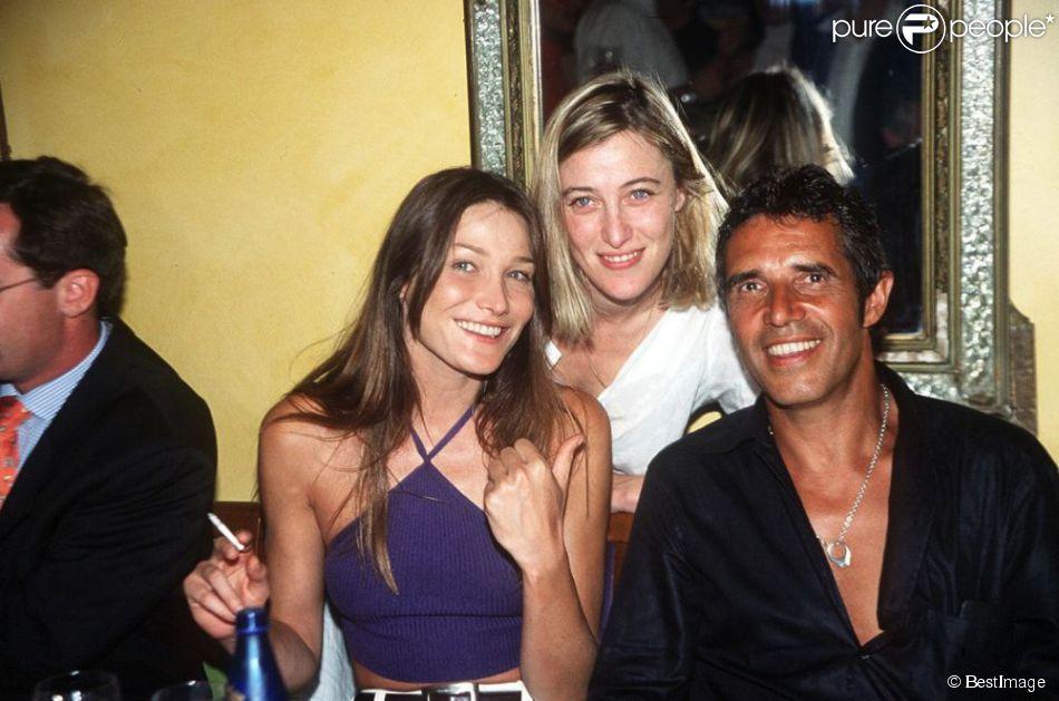Carla Bruni, Valeria Bruni-Tedeschi et Julien Clerc dans un restaurant parisien, le 21 juin 2000.