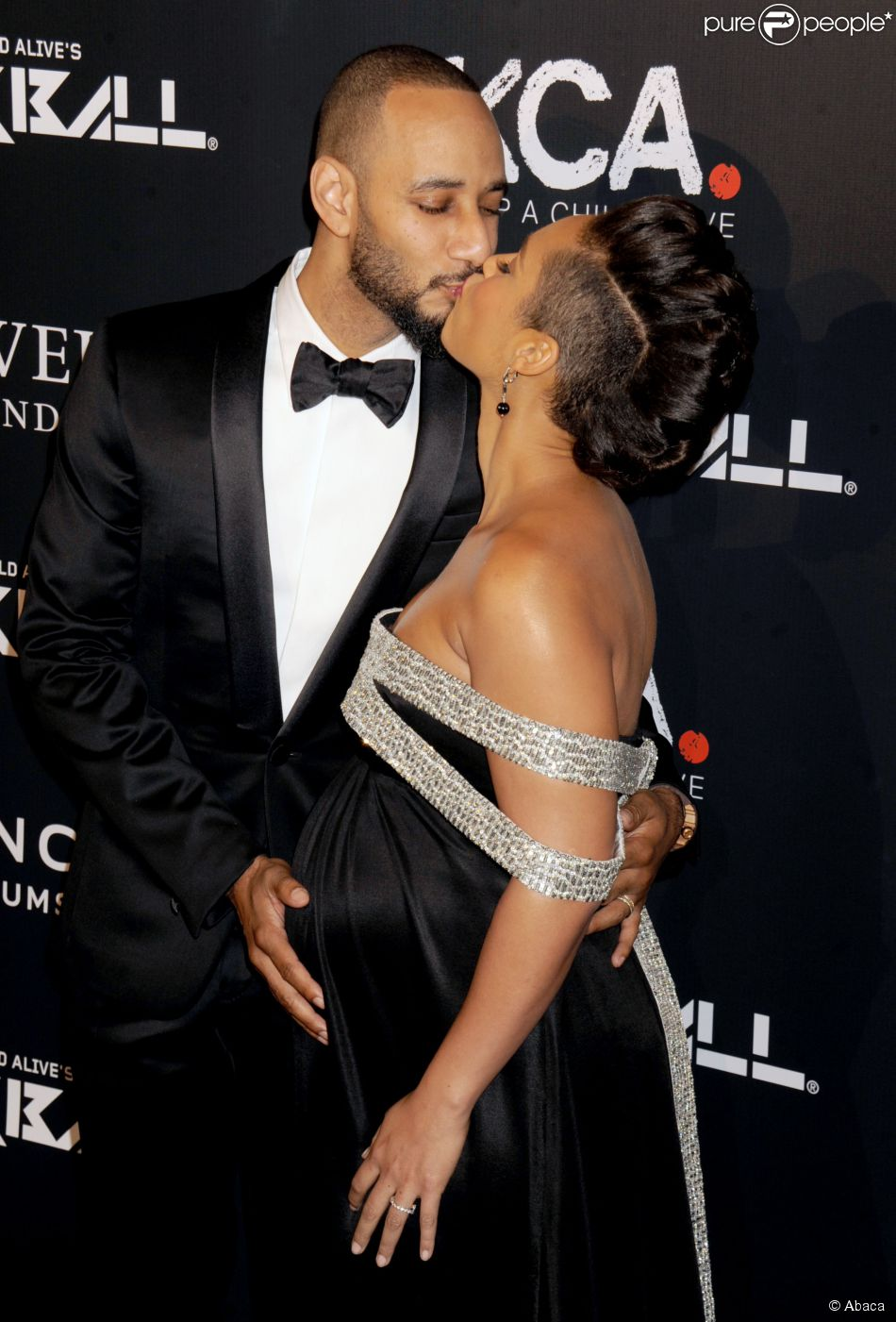 "Alicia Keys (enceinte) et son mari Swizz Beatz sur le tapis rouge de la soirée ""Keep A Child Alive Black Ball"" organisée au Hammerstein Ballroom de New York, le 30 octobre 2014."