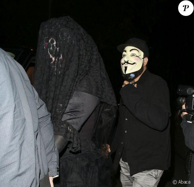 Adele et son compagnon Simon se rendent à une soirée Halloween organisée par Jonathan Ross à Londres, le 31 octobre 2014.