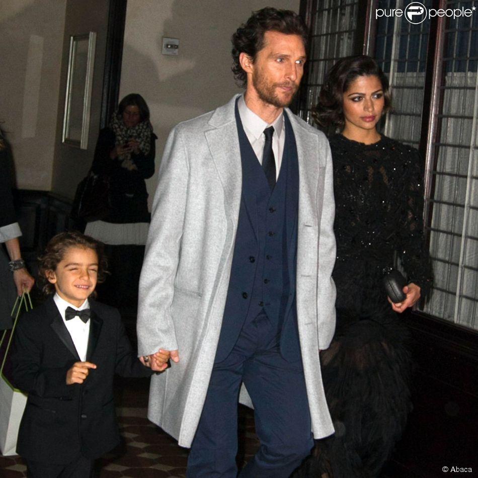 Matthew McConaughey quitte le Greenwich Hotel avec sa femme Camila Alves et leur fils Livingston, New York, le 3 novembre 2014.